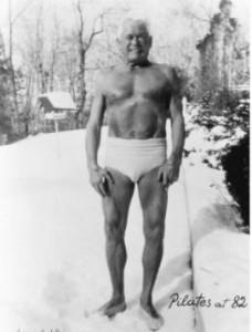 Joseph Pilates (hier 82 jaar) in de winter buiten in zijn kenmerkende broek.